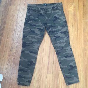 EUC Gap Camo ankle pants- Size 10